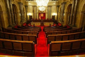Escaños vacíos del Parlament de Catalunya.