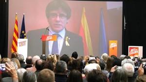 Carles Puigdemont interviene desde Bruselas en el mitin de Junts per Catalunya de este sábado.