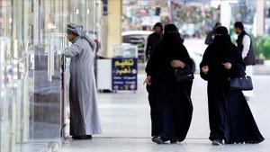 Dos mujeres caminan cerca de un mercado en Riad, el 13 de diciembre.