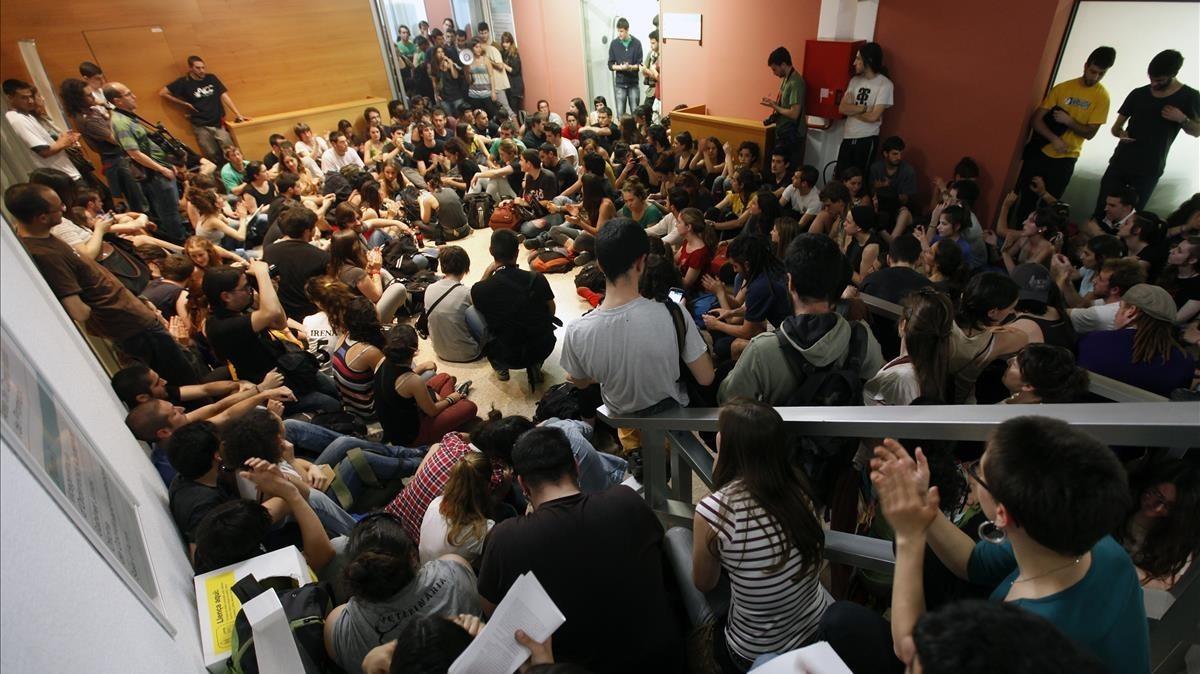 Mas de doscientos alumnos estudiantes de la Universitat Autonoma de Barcelona UAB se encierran en el Rectorado en el dia de huelga y de protesta