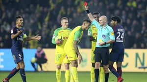 undefined41608288 french referee tony chapron gives a red card to diego carlos180115180310