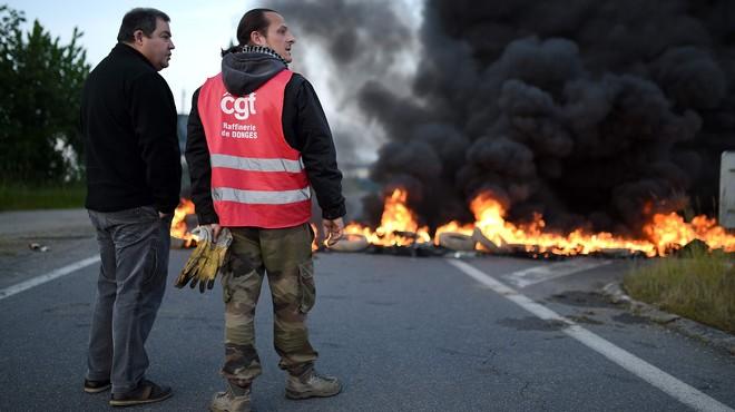 Els sindicats endureixen la protesta contra la reforma laboral a França amb vagues i manifestacions en el transport