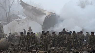 Restos del avión que se ha estrellado sobre un barrio en Kirguistán.