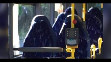 Un grup antiimmigració confon seients d'un bus amb dones amb burca
