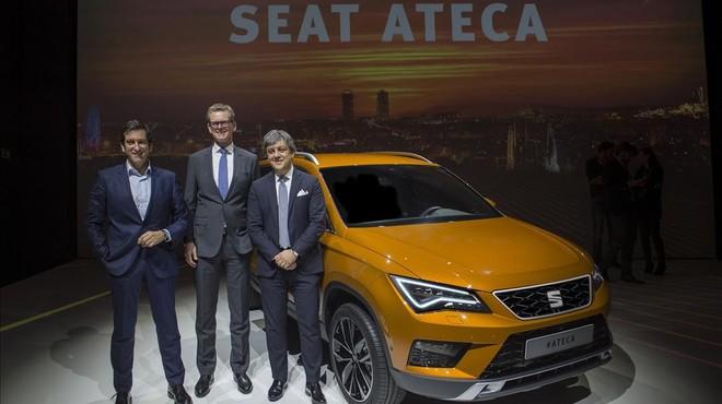 De derecha a izquierda,Luca de Meo,presidente de Seat,Matthias Rabe, vicepresidente de I+D, y Alejandro Mesonero, director de diseno. junto al nuevo modelo Ateca.