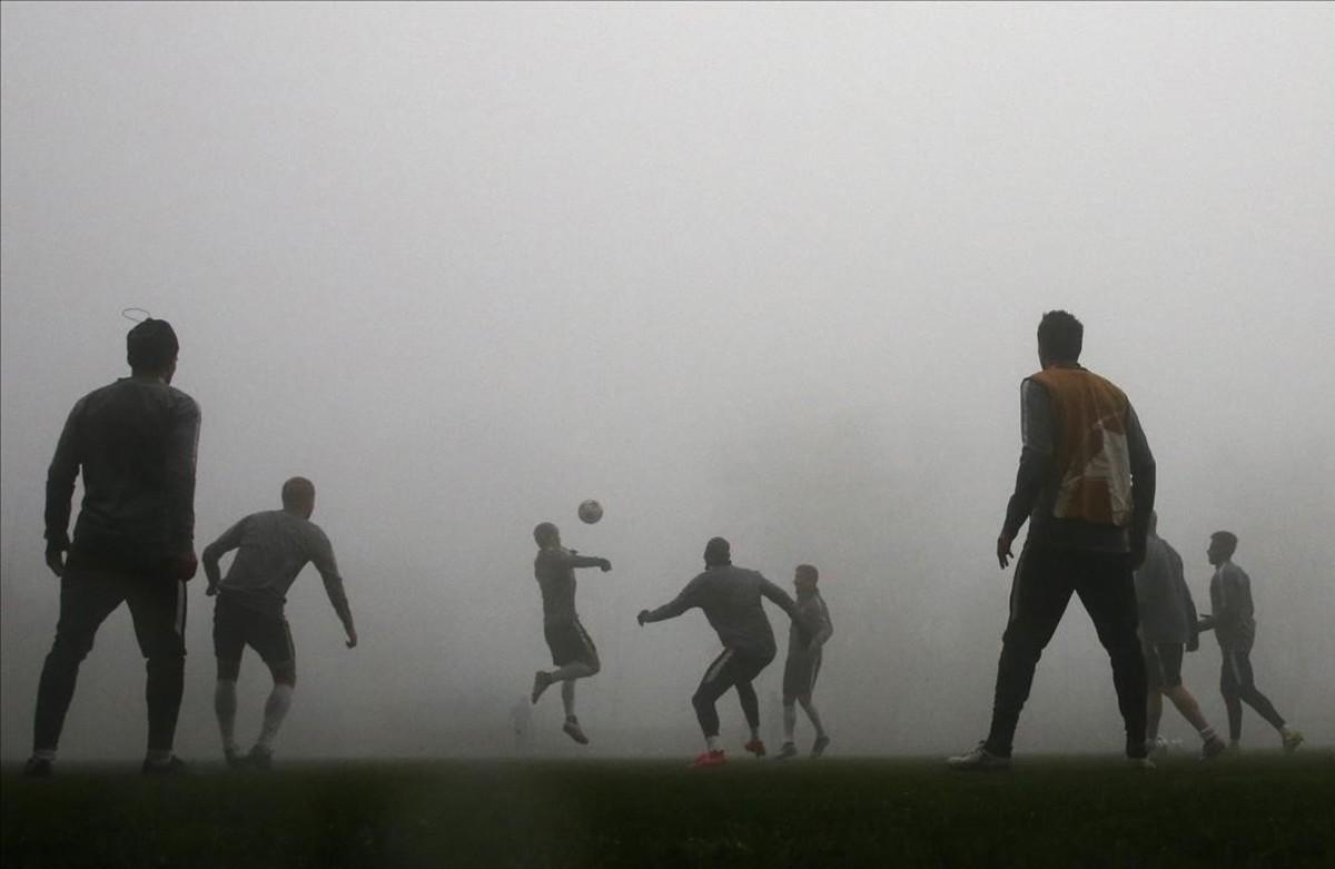 Els jugadors del Mònaco s'entrenen enmig de la boira, abans del seu partit de la Lliga de Campions contra Tottenham.