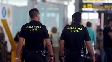 """La asociación mayoritaria de la Guardia Civil reconoce que """"le cuesta ver"""" la imagen de agentes retirando urnas"""