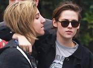 Kristen Stewart abraza a su novia, Alicia Cargile, durante un paseo por Los �ngeles.