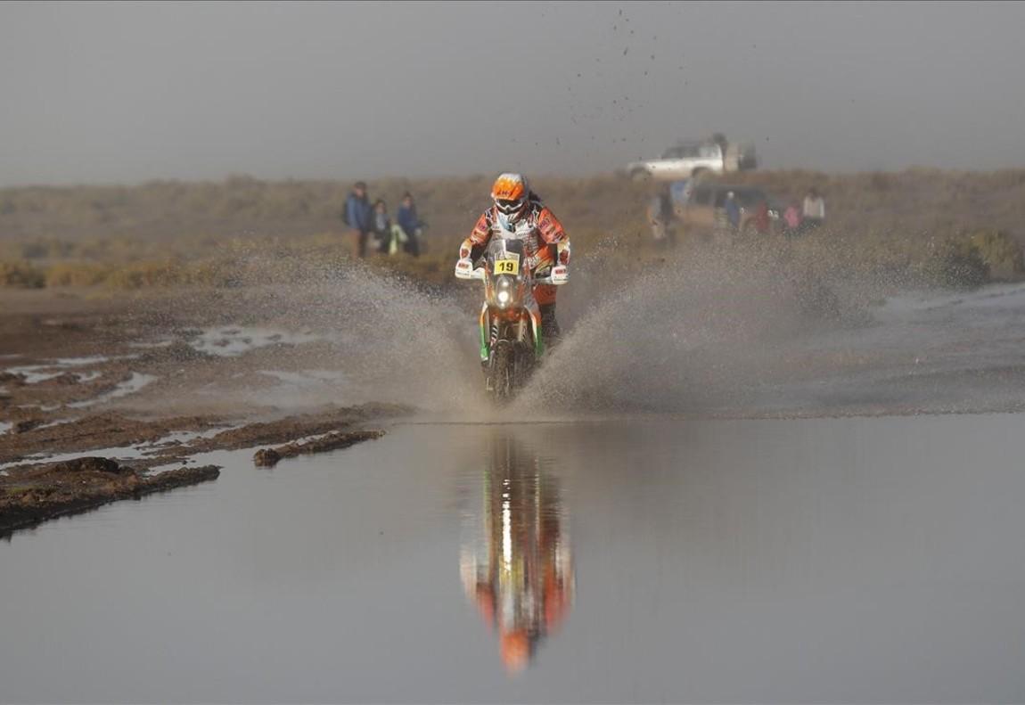 Laia Sanz conduce su KTM durante la etapa del Rally Dakar entre la ciudad boliviana de Uyuni y Salta, Argentina.