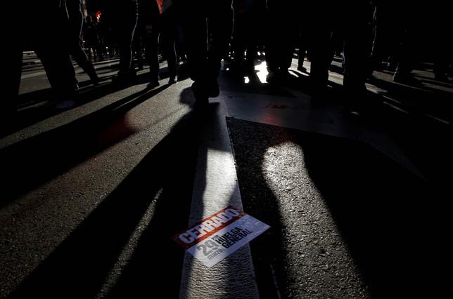 Una papeleta tirada en el suelo después de la jornada de huelga general convocada para el 29 de marzo.