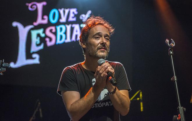 Santi Balmes, líder de Love of Lesbian, en la sala Luz de Gas durante el concierto de celebración del quinto aniversario de los acústicos de EL PERIÓDICO, el 5 de octubre del 2016.