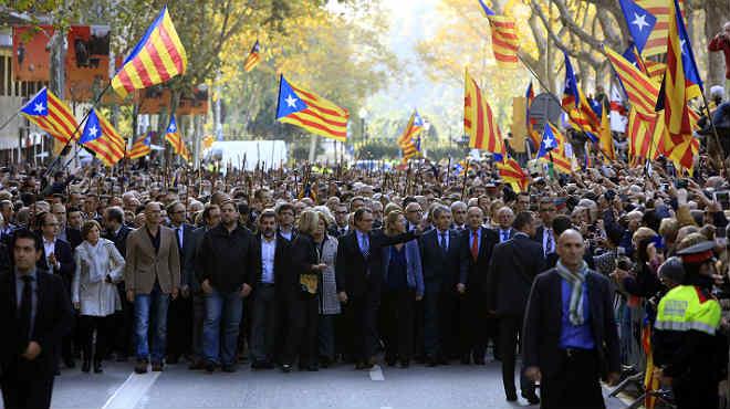 El 'president' en funciones, Artur Mas, llega al TSJC, acompañado de miembros del Govern y de alcaldes soberanistas
