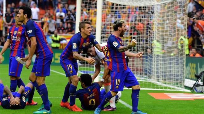 Messi celebra efusivamente el gol tras el lanzamiento de botellas que sufrieron en Mestalla los jugadores con�el 2-3.