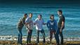 El grupo conversa en la orilla de la cala Pilar, en Ciutadella
