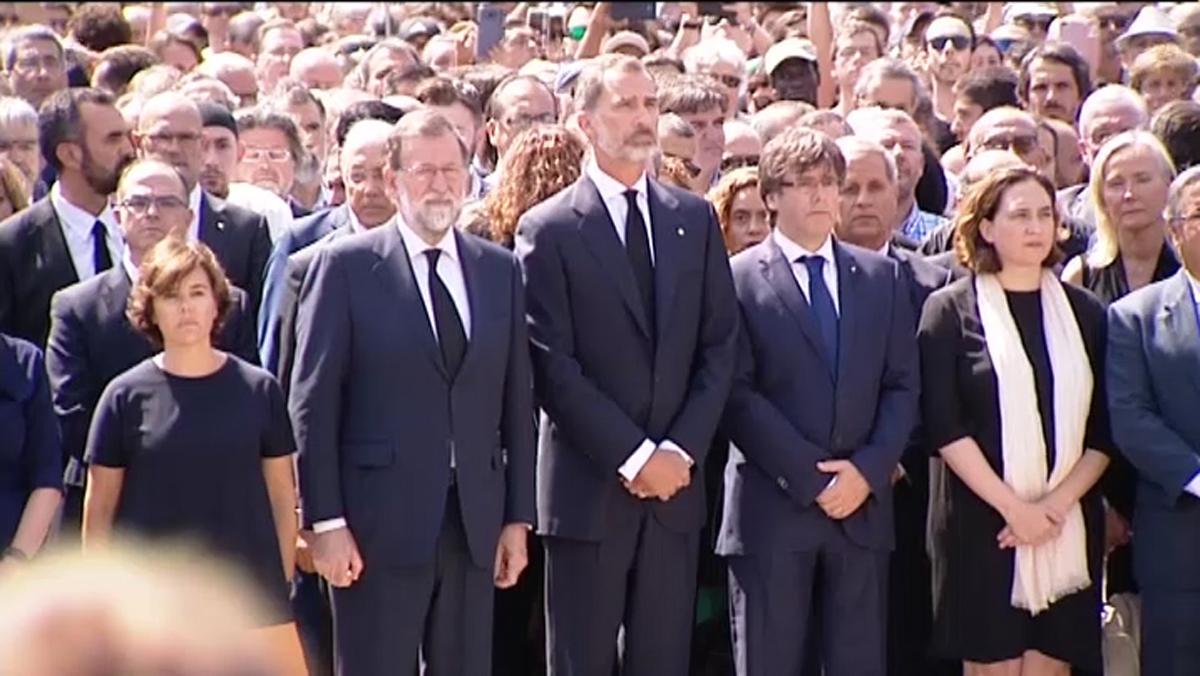 Representantes de las diferentes instituciones políticas durante el minurto de silencio en Barcelona.
