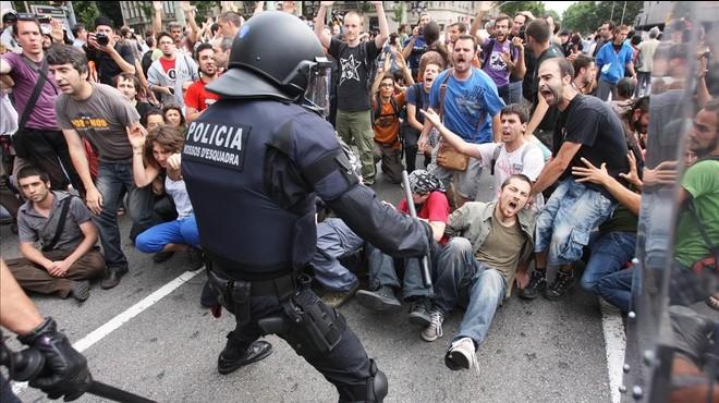 La jutge reobre el cas de les càrregues als indignats de la plaça de Catalunya