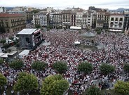 Miles de pamploneses llenan la plaza del Castillo de Pamplona para expresar nuevamente su rechazo a las agresiones sexuales ocurridas en los Sanfermines