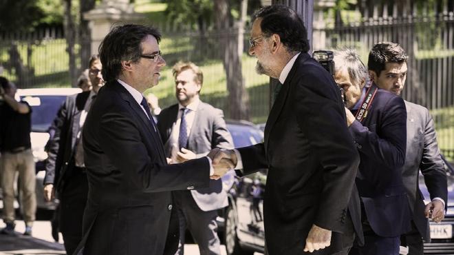 Salutació protocol·lària entre Rajoy i Puidemont al Saló de l'Automòbil