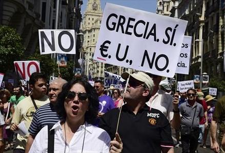 Una manifestaci�n solidaria en apoyo al Gobierno griego en Madrid, ayer.