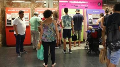 Usuarios adquieren tarjetas de transporte p�blico en Barcelona.