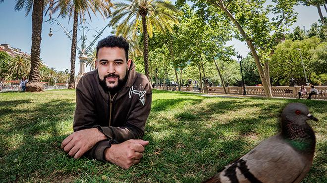 El joven músico Imad Amrah dacalor a los jóvenesmarroquís que pasan las horas en la calle en el Casc Antic.