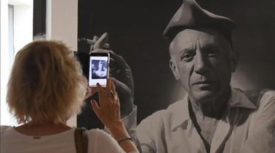 Una visitante fotografía la imagen de Picasso con barretina en la muestra que elMusée d'Art Hyacinthe Rigaud de Perpinyà le dedica.