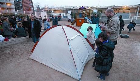 Unos padres ponen tiendas en el patio de La Maquinista, ayer por la tarde, y preparan su acampada particular.