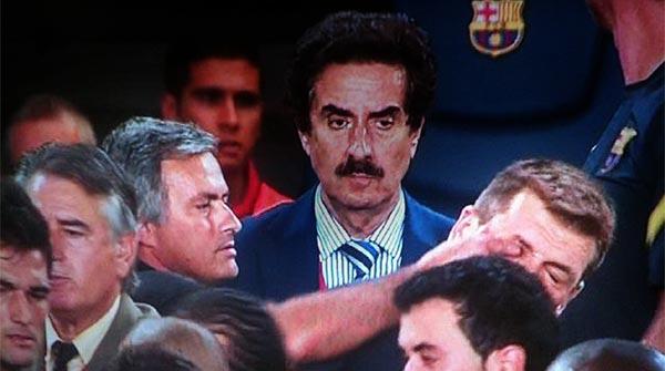 Agresión de Mourinho a Tito Vilanova, al final del partido