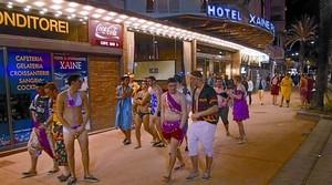 Un grup de turistes britànics passegen disfressats pels carrers de Lloret el mes dabril passat, quan es va celebrar el Lloretfest.