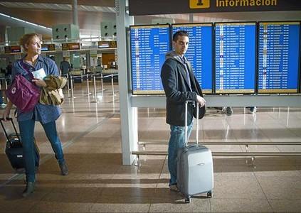 Javier Rodríguez, que planea emigrar, posa ayer en el aeropuerto de El Prat.
