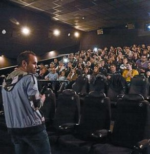 Iniesta invita a 100 fans a ver 'Skyfall'_MEDIA_1