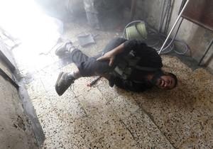 Un soldado del ejército sirio grita de dolor tras ser herido por un tanque, en el barrio deSalaheddine