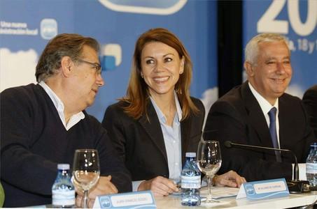 María Dolores de Cospedal, flanqueada por Juan Ignacio Zoido y Javier Arenas, ayer en la reunión interparlamentaria que el PP celebra en Almería.