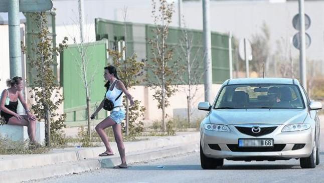 Un conductor francès para davant dues prostitutes a la N-2, a laltura de la Jonquera.