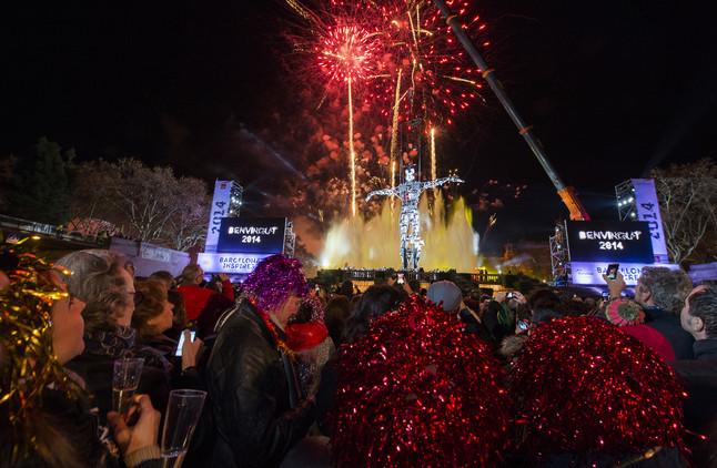 El Home del Mil.leni preside las campanadas de fin de año en la avenida Maria Cristina de Barcelona.