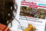 Una usuaria lee la web de EL PERI�DICO.