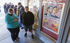Varias personas hacen cola para ver The Interview en un cine de Atlanta, el día de Navidad.
