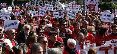 Enfermos de hepatitis C en un acto de protesta en Madrid, el domingo.
