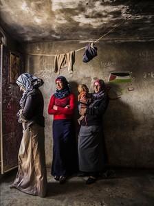La joven Sauza (centro), con sus cuñadas Mariam e Imán. Viven en una tienda de campaña, junto a la madre de Sauza, en la aldea de Mufaghara.