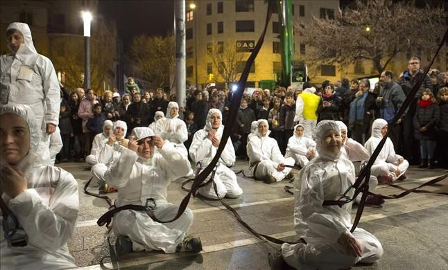Los integrantes de la red esperan que la grúa les suspenda en el aire ante la expectación del numeroso público congregado.