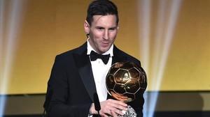 Messi recibe su quinto Balón de Oro en Zúrich.