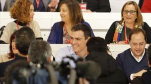 Sánchez, en el centro, este lunes durante el comité federal del PSOE.
