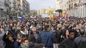 Miles de ciudadanos concentrados al inicio de la manifestación convocada contra el racismo institucional y a favor de los refugiados, cerca de la Estació de França, este sábado en Barcelona.