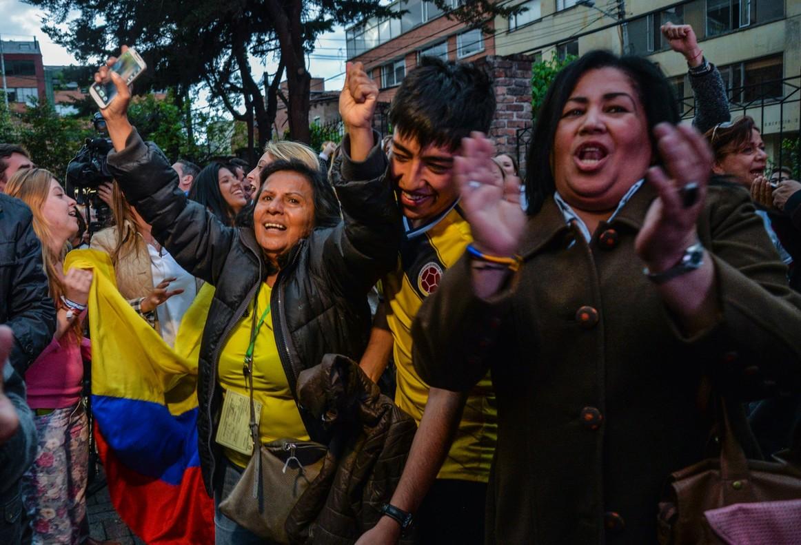 Unas mujeres celebran el triunfo del no en el referéndum para el acuerdo de paz en Colombia.
