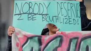Protesta de un ciudadano en el aeropuerto internacional O Hare de Chicado por el trato dispensado por United Airlines al pasajero David Dao.