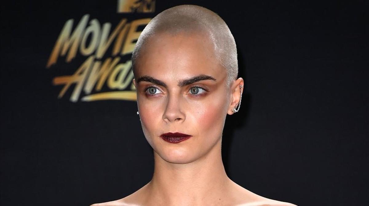 Cara Delevingne luce su calva tatuada en los premios MTV