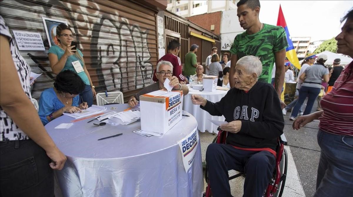 Un grupo de personas participa en una votacion hoy 16 de julio del 2017 en Caracas , Venezuela.