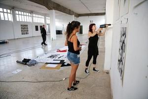 Montaje de una exposición en la Nau Bòstik, la semana pasada.