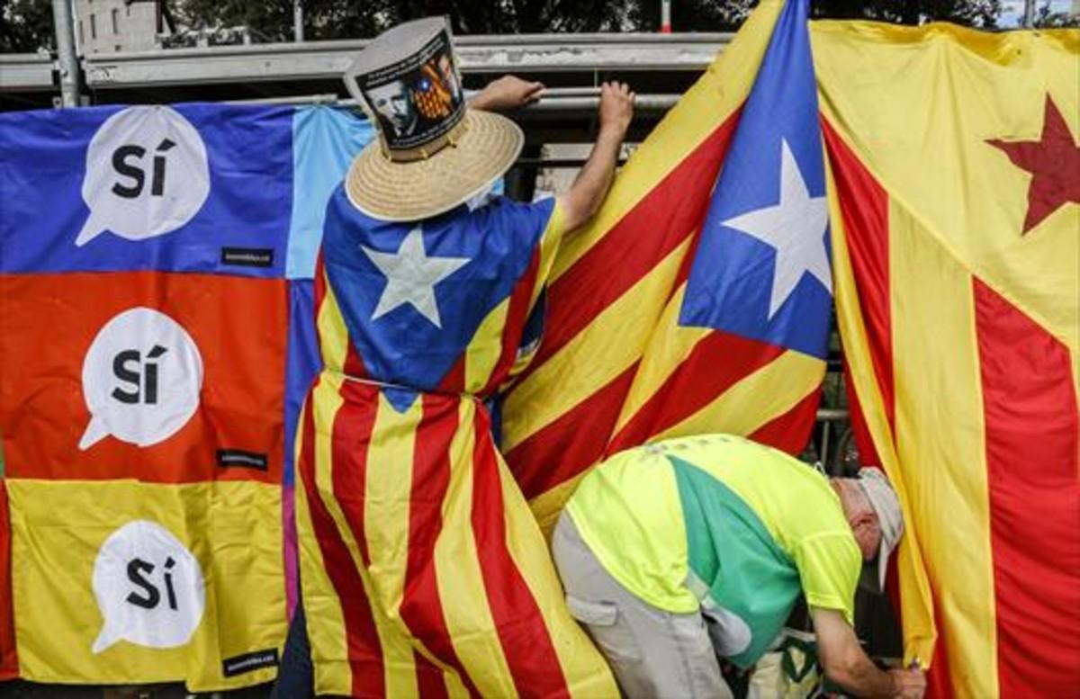 La bandera 8Manifestación de la Diada en la plaza de Catalunya.