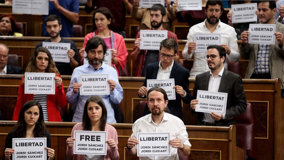 Carteles pidiendo la libertad de Sánchez y Cuixart en el pleno del Congreso